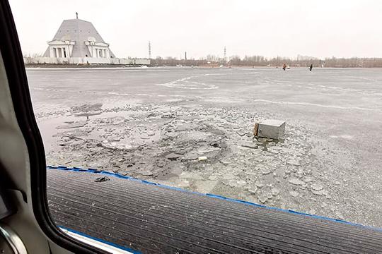Сегодня спасатели у храма-памятника погибшим при взятии Казани воинам, в 150 метрах от Кировской дамбы, обнаружили промоину, в которой предположительно утонул рыбак