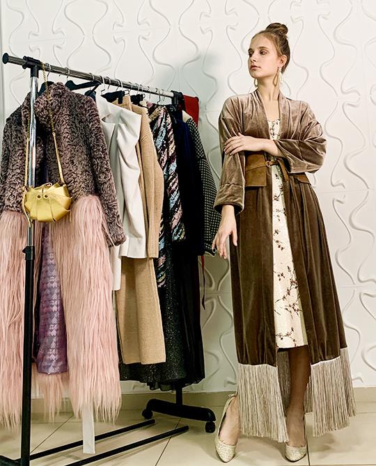 Наплатье впайетках накиньте бархатное кимоно—намой взгляд, получится очень смелый вариант. Чтобы наряд невыглядел вычурно, разбавьте его простой укладкой, собрав волосы вхвост или пучок