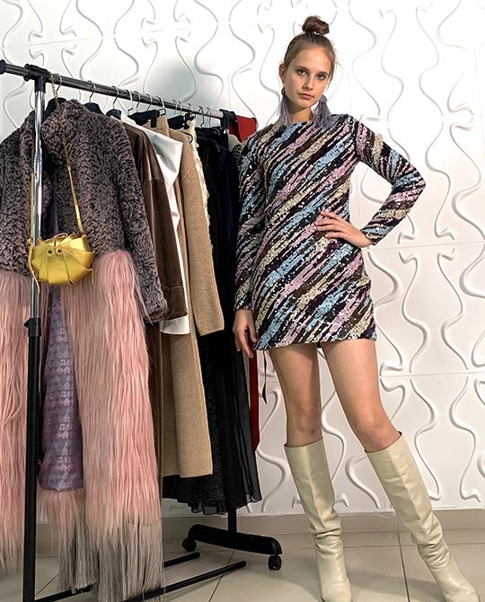 Если вынадели яркое платье, неувлекайтесь сложными укладкамиинепревращайтесь ввыпускницу-незнайку, накрутившую гнездо наголове