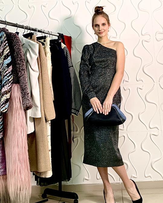 Вэтом сезонепопулярен ассиметричный крой. Отличным вариантом станет платье наодно плечо.Такие нарядысмотрятся очень женственно,аособенно элегантно выглядит черное платье