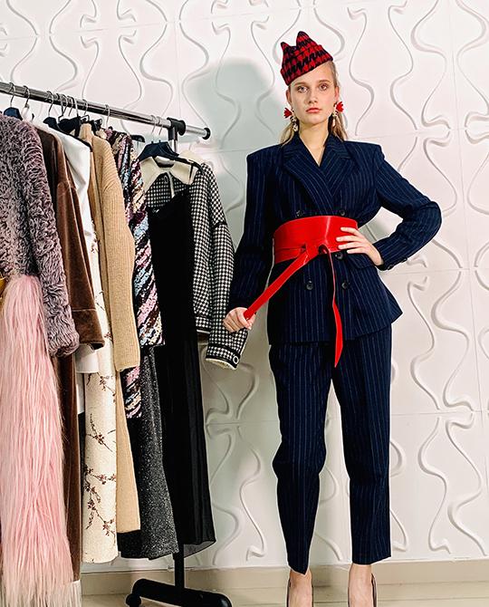 Ябы советовалапойти накорпоратив вкостюме, разбавленном стильными аксессуарами, как, например, нафото: акцентным поясом, серьгами втон иярким головным убором