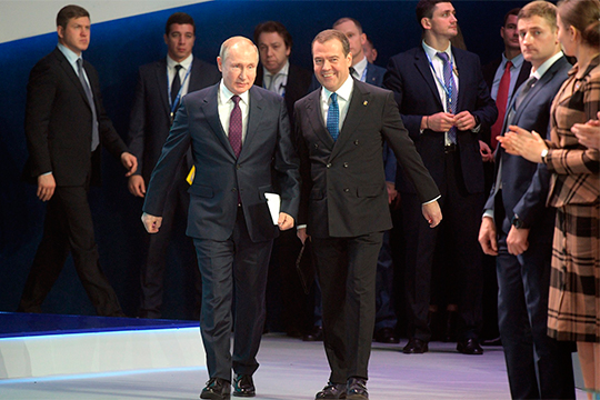 «У него [Медведева] нет такого статуса даже неформально. Преемник Путина в принципе невозможен. Полномочия Путина большей частью неформальные, их очень трудно делить»