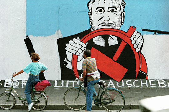«Михаил Горбачев тоже до 1991 года не вел ни с кем диалога, считал, что все решит самостоятельно, и в итоге привел свою власть к унизительному финалу» (на фото: участок Берлинской стены)