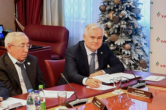 «Мы начинаем за счет своих средств реализовывать проект. И просим на три года дать особый налоговой режим для новой нефти», — пояснил первый замгендиректора «Татнефти» по разведке и добыче нефти и газа Рустам Халимов (справа)