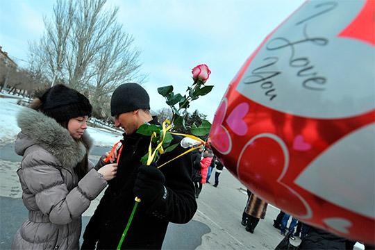 День всех влюбленных в России собирается отмечать, согласно mail.ru, каждый пятый. При этом большинство россиян называют этот день бесполезным праздником, что, однако, не мешает эффективно использовать его для маркетинговых целей
