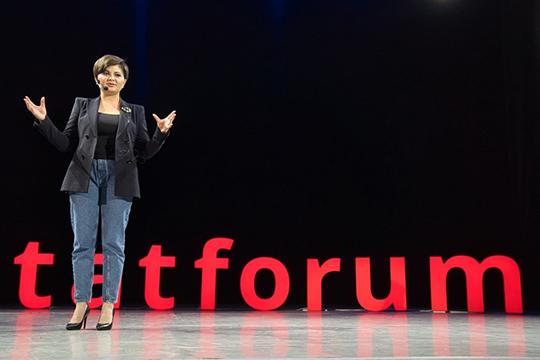 Сцена также была оформлена вформате TED— начерном фоне сцены были установлены красные светящиеся слова, родившиеся изхештега ВФТМ— «tatforum»