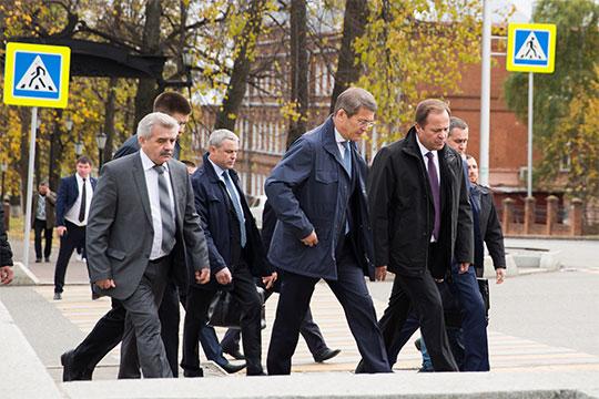 Хабиров с Комаровым отправились пешком в Белый дом, до которого идти минут семь. Вся пресса бежала следом
