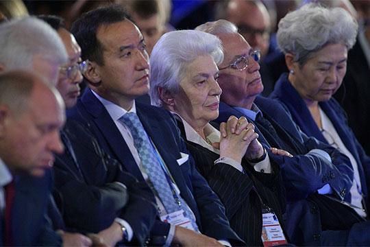 Что касается постепенного отказа от доллара, здесь президент РФ сослался на единомышленников, которые у него есть даже в Европе