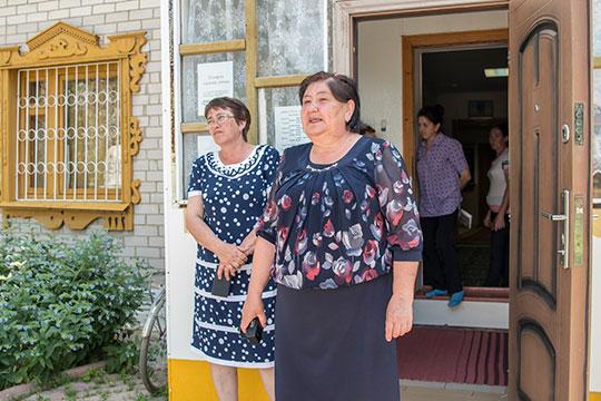 Гульназ Сафина (слева):«Сейчас вселе проживает около 700 человек, есть два дойных стада, народ держит по3-4 коровы, правда молоко принимают лишь по11 рублей залитр»