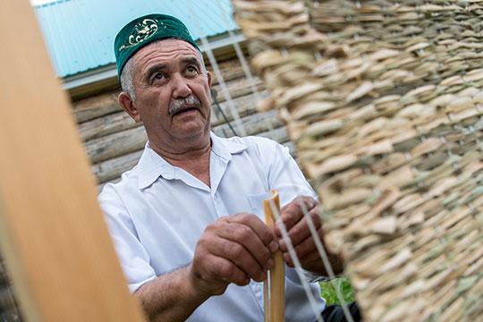 Рафаэль абый востребованный навсю округу умелец поплетению камышовых ковриков
