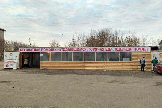 «Нам удалось найти место наЦентральном рынке Казани между, как внароде говорится, «блошиным рынком» иточками попродаже просроченных продуктов. Сюда съезжаются нуждающиеся совсего города»
