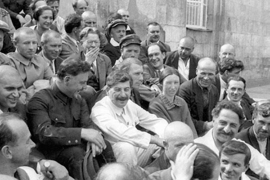 «Где-то ксередине 1930-х годов,Иосиф Сталинтвердо поставил вопрос отом, что построение социализма возможно водной отдельно взятой стране»
