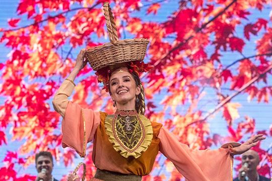 14 претенденток вместе выходили насцену, пели иплясали, несли накоромыслах импровизированных гусей, изображая обряд«Казөмәсе»