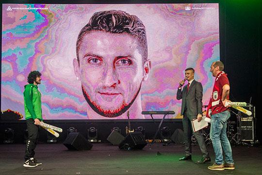 Веселье началось сХорена Байрамяна, который обошёл болельщика вконкурсе, где нужно было назвать двух футболистов, черты лица которого объединили водного спомощью фотошопа