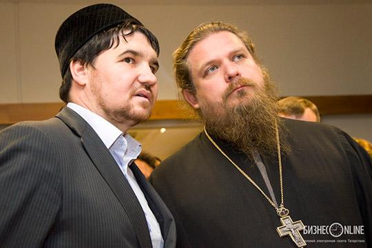 Рустам Батров (слева):«Есть люди, которые муфтиев непризнают, нопри этом называют себя верующими мусульманами. Они исадака дают, икурбан делают инамаз читают, нопри этом несоотносят софициальными институтами»