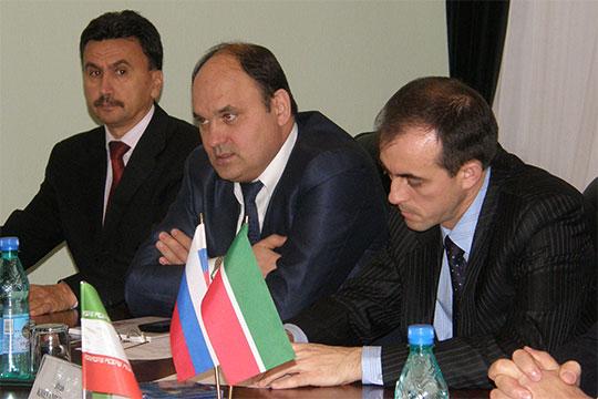 Флагман Хамиса Махянова (в центре) поддерживали подряды от такого «сладкого» заказчика, как возглавляемая Ильшатом Фардиевым Сетевая компания: в 2016 году — на 5,5 млрд, в 2017-м — на 3,6 млрд рублей