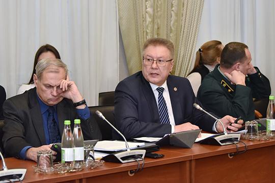 Ришат Хабипов(в центре)сообщил, что валовая продукция сельского хозяйства РТв2018 году составила 216млрд рублей, аэто на19,3млрд рублей меньше, чем в2017 году