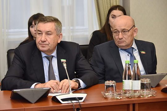 Ильшат Ганиев (слева)взволнован закупочными ценами намолоко