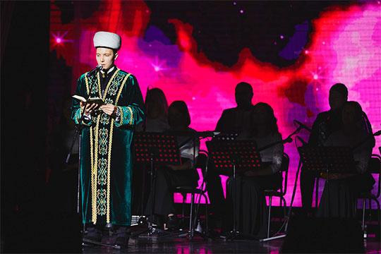 Имам мечети «Ярдэм»Раиль Ахметовпрочитал сосцены аяты изСвященного Корана— такого еще наэтом мероприятии непрактиковалось