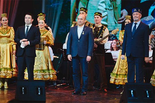 Ильгам Хазиев (в центре)напротяжении четверти века был главным помощником Шакирова, ему вручили нагрудный знак «Задостижения вкультуре»