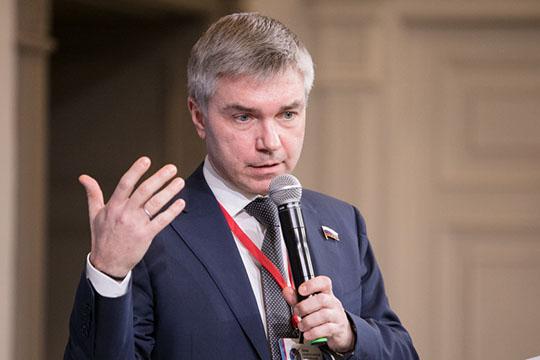 Евгений Ревенко, подчеркнув, что онприсутствует втрех ипостасях— как журналист, депутат ичлен правящей партии— тоже выступил заэлектронное голосование