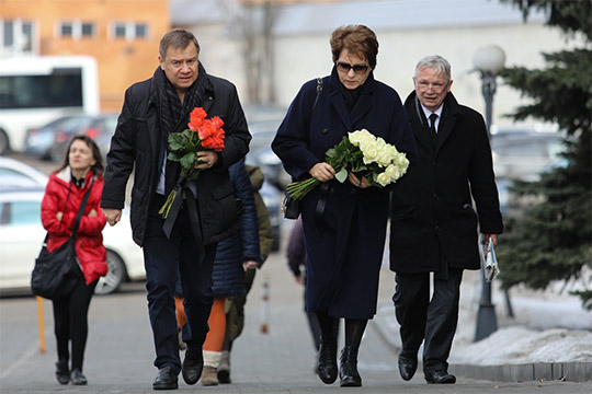 Валентин и Татьяна Юмашевыпринесли старому товарищу белые иалые розы