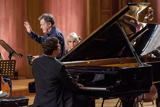 Творческий вечер состоял издвух частей— совместного выступленияДениса Мацуеваскамерным оркестромИгоря Лерманаисольного выступления