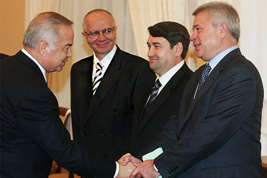 Фарит Мухаметшин (второй слева) вконце прошлого года был назначен заместителем председателя группы стратегического видения «Россия— исламский мир», адоэтого курировал связи Татарстана с группой