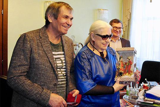 Бари Алибасоввпоследние годы вспомнил освоих татарских корнях поматери иохотно посещает многие мероприятия московских татар(на фото с Лидией Федосеевой-Шукшиной)