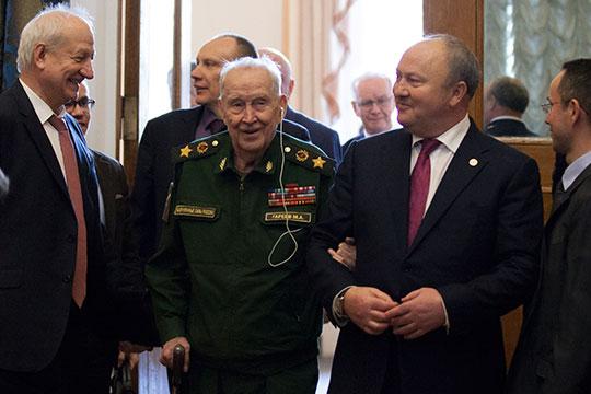 Махмут Гареев в прошлом году отметил 95-летие, но даже в таком почтенном возрасте, продолжает защищать правду о Великой Отечественной войне (на фото с Равилем Ахметшиным - полпредом РТ в РФ)