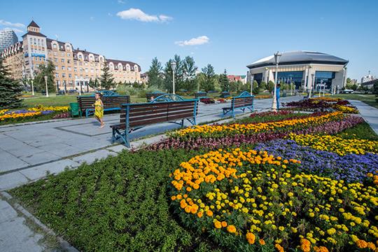 Особое внимание в этом году уделят и цветочному оформлению города. Цветники устроят на площади 22,5 тыс. кв. м, на улицы вывесят 3,5 тыс. цветочных кашпо