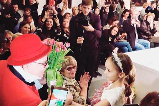 «Моя дочка под музыку из сказки «Золушка» подарила Зайцеву цветы на слова «Потому что на рояле, Сам король играл гавот». Вячеслав Михайлович навзрыд заплакал...»