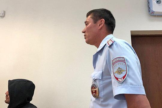 Назаседание явился иинспектор ДПС, назначенный свидетелем поделу