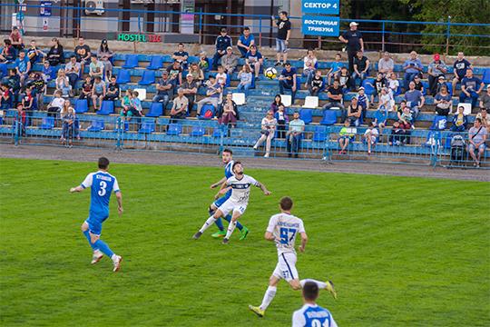 Футбольный стадион в Нижнекамске — удручающее зрелище: поле с проплешинами, редкие ряды выцветших пластиковых кресел на противопоставленных трибунах