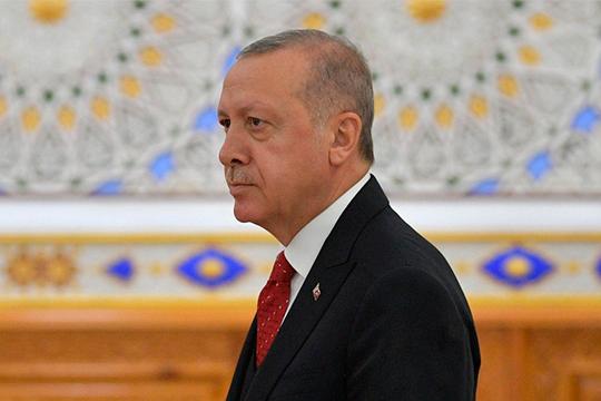 Эрдоган втечение последних недель требовал отглавы своего Центробанкапокинуть пост. Добровольно уйти тот отказывался, поэтому пришлось прибегнуть кпрезидентскому указу