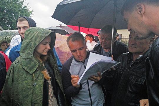 Несмотря на позднее время и хороший дождь, на сход у церкви Тихвинской иконы Божией Матери поселка Вознесение сразу собралось около 50 человек. Всколыхнула людей последняя версия генплана Казани