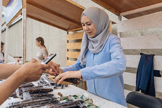Вяленую продукцию привезла из известного села Белозерье, что в Мордовии, Рамзия Янгличева, она твердо убеждена, что именно их казылык лучший мире, по крайней мере, в татарском.