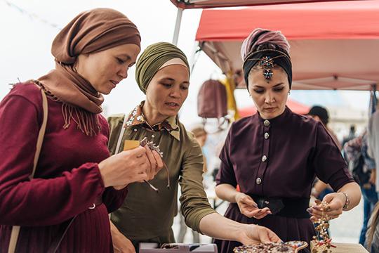 На фестивале можно было не только поесть, но и «прибарахлиться», но в основном это одежда дам и детей