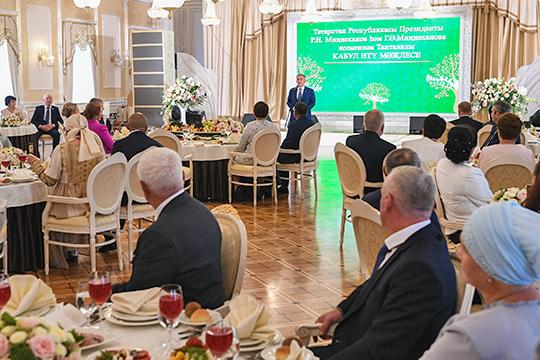 Завершив свой спич, президент Татарстана приступил кнаграждению медалью «Ана даны»