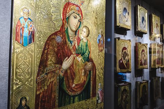Глава СИНХа показывал гостям увлеченно рассказывал про судьбу каждой иконы на стендах