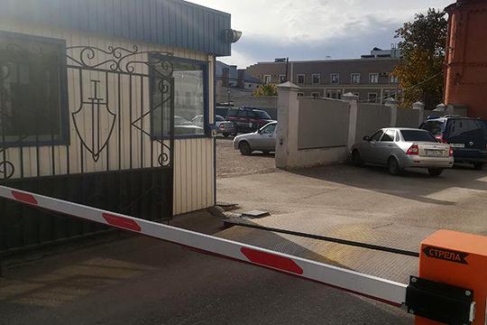 Корреспондент нашей газеты побывал у здания на улице Карла Фукса, где расположен тир. Оно находится напротив УВД Казани