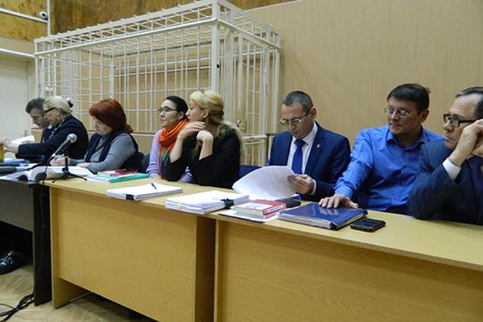 Поправую руку отсудьи разместились девять адвокатов обвиняемых