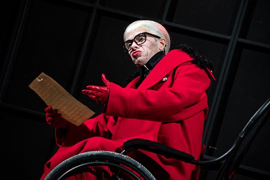 Дракон Марата Голубева — просто злобный. Красный мундир и такие же красные губы на бледном лице, белоснежный парик и большие очки в духе модельера Лагерфельда — эффектная, но ничем не заполненная оболочка