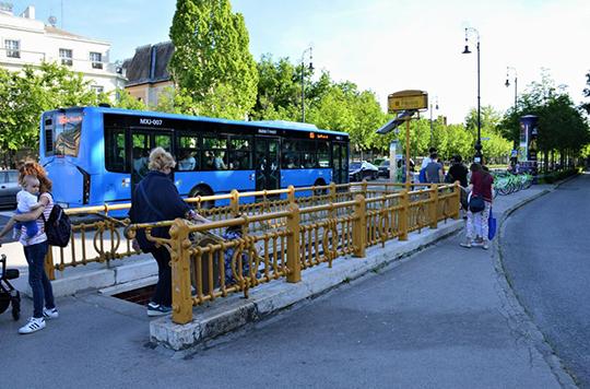 Будапештский автобус у входа на одну из станций исторической