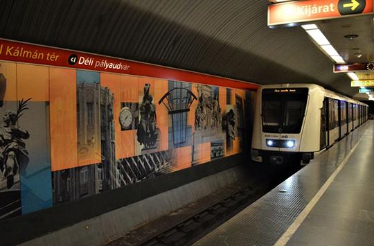 Метропоезд французской компании Alstom на третьей (красной)