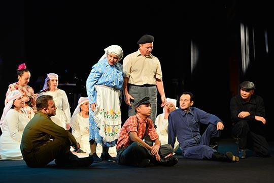 Потрадиции, церемония открылась оригинальной театрализованной заставкой сучастием всей труппы Альметьевского татарского драматического театра