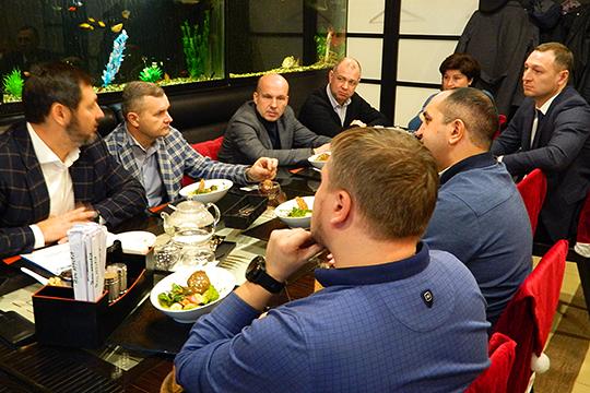 Олег Коробченко инициировал круглый стол, на котором собрались челнинские предприниматели, ведущие бизнес в сфере грузоперевозок