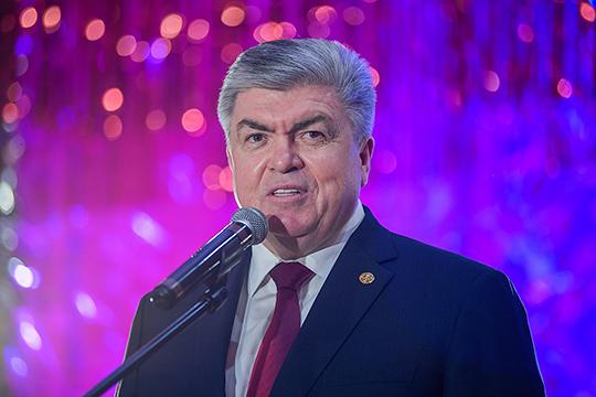 Приехавший поздравить предпринимательское сообщество с наступающим новым годом Наиль Магдеев, несколько часов назад был удостоен высшей награды Татарстана — ордена за заслуги перед республикой