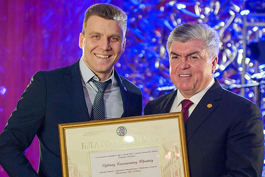 Магдеев выполнить еще одну приятную миссию — от от имени правительства Татарстана вручил благодарности и грамоты особо отличившимся предпринимателям