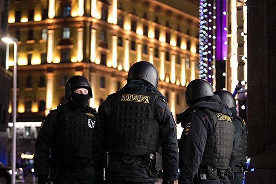 У дверей здания ФСБ на Лубянке мужчина устроил стрельбу, в результате которой пятеро ранено и один сотрудник спецслужбы убит